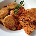 Kichererbsen-Schnitzel und frittierter Radicchio mit Chimichurri und süßsaurem Melonen-Gemüse