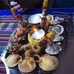 Ceviche, camarones, calamares, pollo todo delicioso