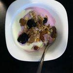 Smakelijk ontbijt van diverse granen en vers fruit.
