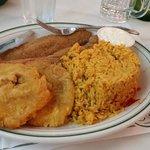 Pargo, arroz, tostones y frijoles negros