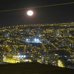 Vista de la luna llena desde el balcón