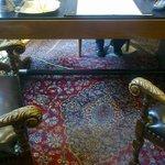 Tappeto liso e bucato sotto il tavolo della Reception.