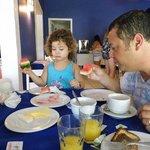 Cristian y Mati desayunando