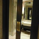 Salão de banho com porta dupla