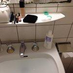 miroir délabré et lavabo bouché