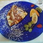 Pfannkuchen und frisches Obst zum Frühstück