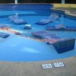 transat en dur dans la piscine
