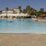 vista della piscina, sullo sfondo l'hotel