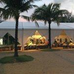 Das Zelt für Buffet und Show