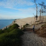 chemin vers la plage avec emplacements de camping sur la droite