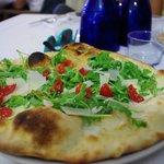pizza con rucola, pomodorino, mozzarella e stracchino