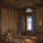 in Arvenholz getäfertes Familienzimmer