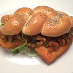 Mumma's Burger: cotoletta di pollo con rucola e caponatina in una treccia di pane fatta a mano!!
