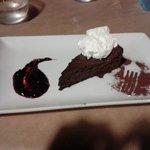 Torta al cioccolato senza farina con panna e frutti di bosco