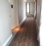 静かで高級感ある部屋廊下です