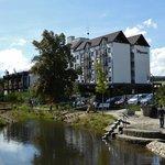Hotel und Spielplatz am Flußufer