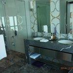 ガラス張りのバスルーム。独立したシャワーブースあり。水量はタップリ