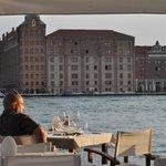 Blick vom Tisch über den Giudecca-Kanal zum Hilton Hotel
