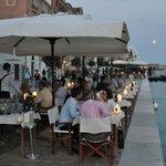 Restaurant-Terrasse am Wasser