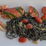 Hummer mit schwarzen Spaghetti und Pesto