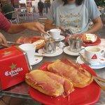"""""""Tostadacas"""" enormes buenísimas con café o té incluido, buenísimas."""