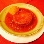 Falso magro: una fetta di un grande rotolo di carne ripieno di prosciutto, caciocavallo, uova e