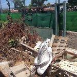 aqui se ven las bolsas para recoger escombros, falta que se pongan a ello.