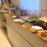 Buffet della colazione: lato salato, succhi e frutta (ottima!! Buonissimi i centrifugati e un sa