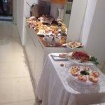 Buffet colazione,lato dei dolci. Brioches, torte, sformatini, toast, mille marmellate(e..voglio