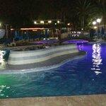 Vista nocturna de la piscina principal