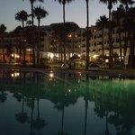 widok z basenu nocą
