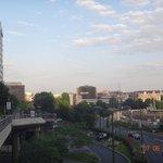 O hotel à esquerda e a Torre Eifel ao longe, bem no meio da foto
