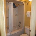 Banheiro, limpo diariamente, toalhas limpas