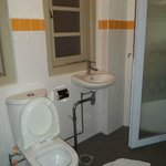 ห้องน้ำเล็กมากและระบายอากาศไม่ไดี