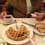 Cafe da manha simple com waffle delicioso