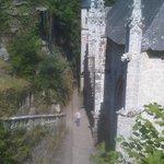 sur l'escalier en granit