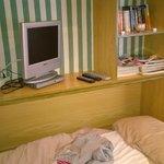 salon con cama supletoria, el cochon de mi abuela puesto y la tv no se veia. entra todo en el pr