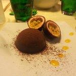 Cioccolato nero e bianco con cuore di maracuja