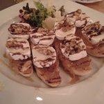 Panes con queso de cabra, cebolla caramelizada y miel