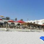 Photo prise de la plage vers la terrasse de l'hôtel