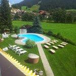 Vista piscina e giardino da camera