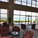 ホテルロビー、眼前に海が拡がる