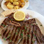 T-Bone-Steak medium-rare mit Rosmarin-Bratkartoffeln