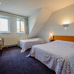Chambre avec 1 grand lit et 1 lit simple