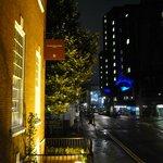 Vista nocturna desde la entrada del hotel