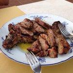 Su richiesta, la famosa bistecca alla Fiorentina, fatta nel barbecue davanti ai nostri occhi!
