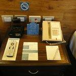 Los distintos accesorios utiles sobre la mesa de luz