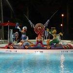 Personagens no meio da piscina