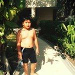 Anak kami sedang menuju kolam renang Novotel Surabaya