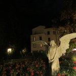 Ángel en los jardines